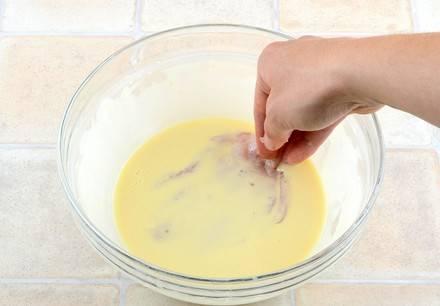 2. Яйца взбиваем до однородности с солью. Добавим сметану и муку. Перемешаем до однородности, и каждый кусочек окунаем в кляр перед жаркой.