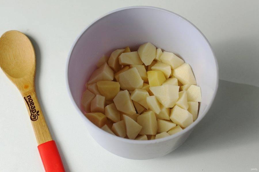 Через 5 минут отправьте в кастрюлю нарезанный кубиками картофель.