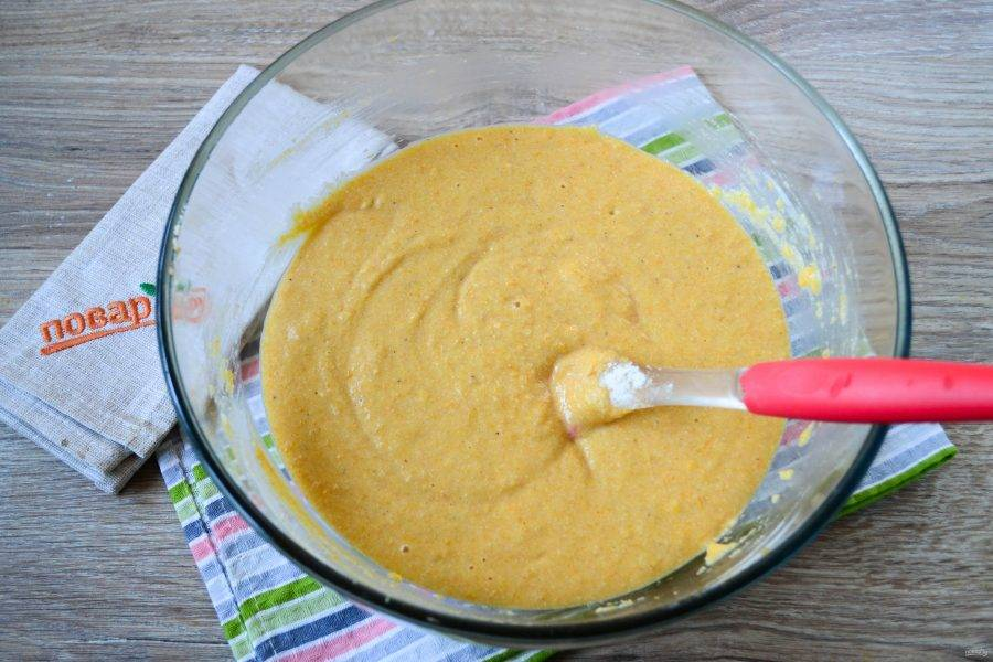Теперь добавьте все жидкие ингредиенты: молоко, тыквенное пюре, яйца (их я советую предварительно разболтать в небольшой мисочке, тогда их легче будет соединить с остальными ингредиентами) и растопленное сливочное масло. Хорошенько размешайте тесто, очень удобно использовать силиконовую лопатку. Тесто не должно получиться слишком жидким, ориентируйтесь на консистенцию классического теста для кексов. Если же вы впервые готовите кексы, то вот еще один ориентир: тесто должно быть чуть гуще 20% сметаны.