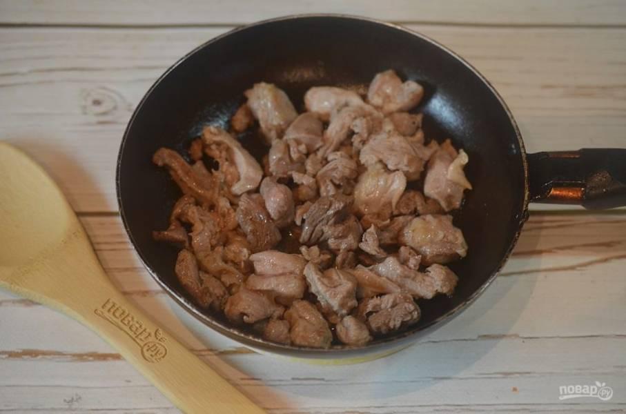 4. Обжарьте мясо на сковороде, в которой жарились шкварки, около 7 минут. Уберите из сковороды.