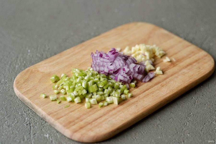 Нарежьте мелко лук, чеснок и сельдерей.