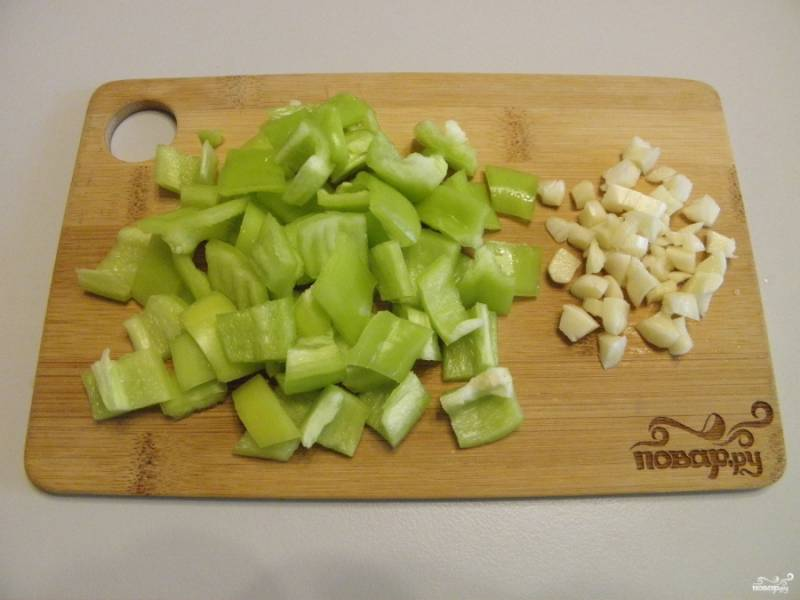 Болгарский перец и чеснок порежьте кусочками, а помидоры перекрутите на мясорубке.