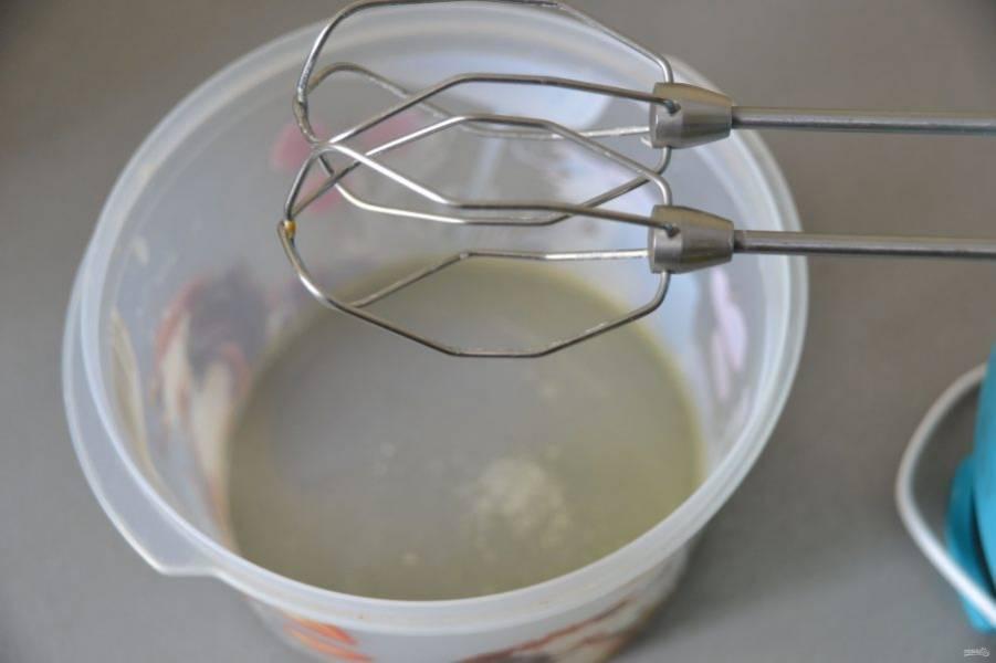 Пока пирог выпекается приготовьте меренгу. Взбейте яичный белок с щепоткой соли.