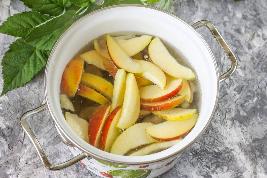 Влейте воду в емкость, поместите кастрюлю на плиту и отварите компот в течение 15-20 минут до мягкости нарезок, они должны отдать жидкости свой вкус, цвет и аромат.