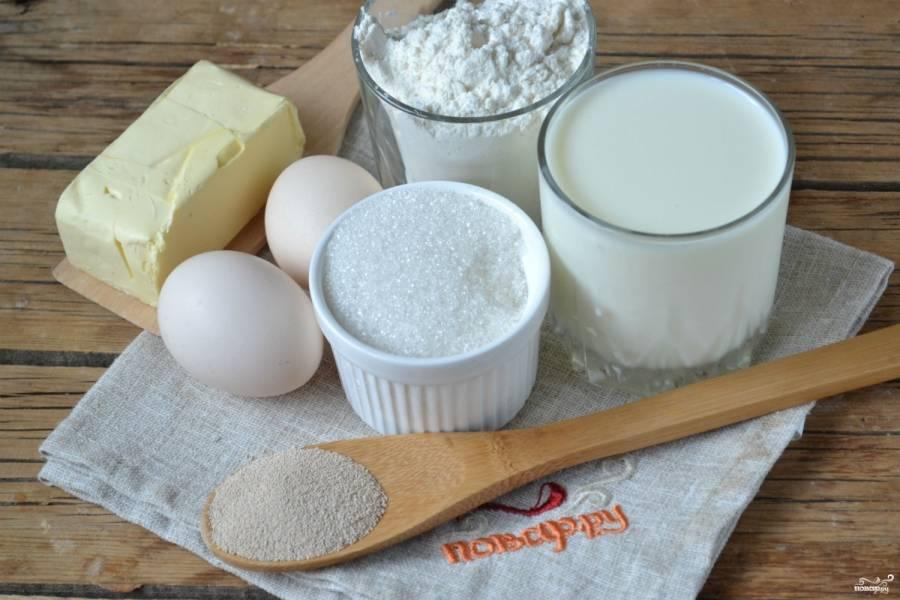 Подготовьте все необходимые ингредиенты. Мука и сахар должны быть комнатной температуры, а молоко подогрейте до 35-40 градусов. Мне удобно подогревать в микроволновке, 30 секунд для этого достаточно.