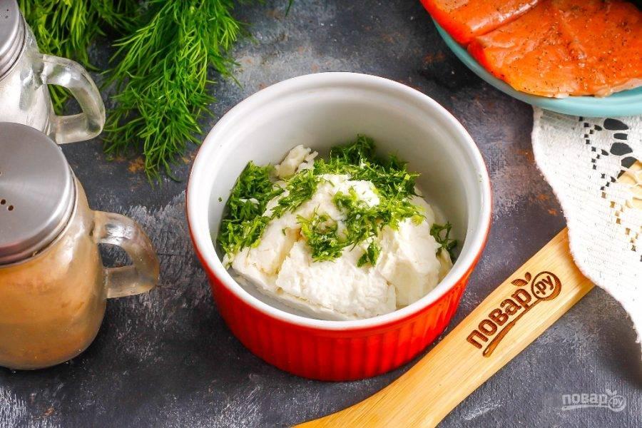 В глубокую емкость выложите творожный сыр и всыпьте туда же щепотку соли. Больше соли добавлять не нужно, так как рыба и так соленая. Промойте укроп и измельчите, добавьте в емкость к сыру и перемешайте.