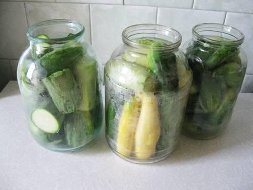 3. Разложите овощи по банкам. Крупные кабачки можно нарезать тонкими полосочками или крупными кусочками, а может даже колечками.  Можно сделать в любых вариациях по количеству овощей в одной банке.
