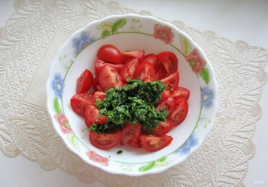 Смесь зелени, чеснока, уксуса, соевого соуса, соли и сахара выложите в миску с нарезанными помидорами.