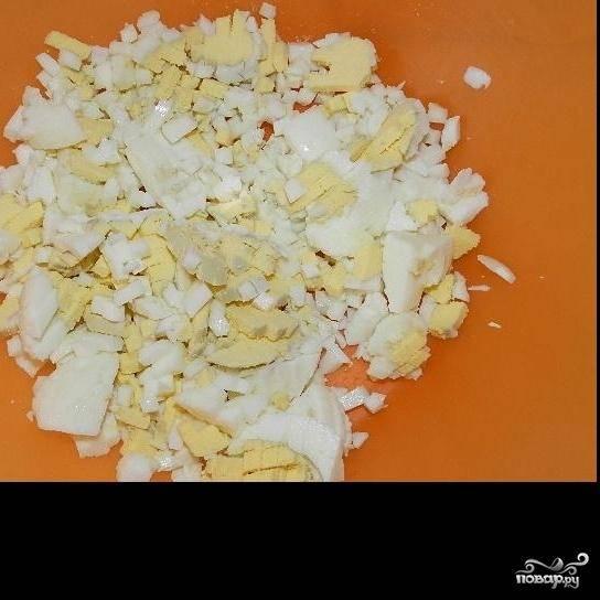 Яйца отварить, мелко нарезать и тоже добавить к салату.
