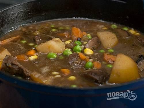 7. В конце украсьте горошком и подавайте блюдо горячим. Приятного аппетита!