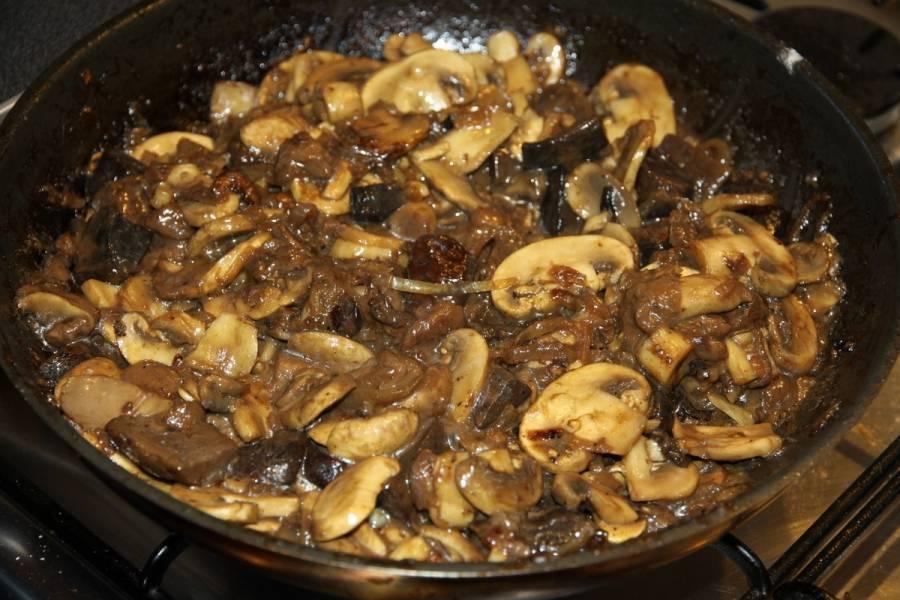 Обжариваем грибы на сковороде.