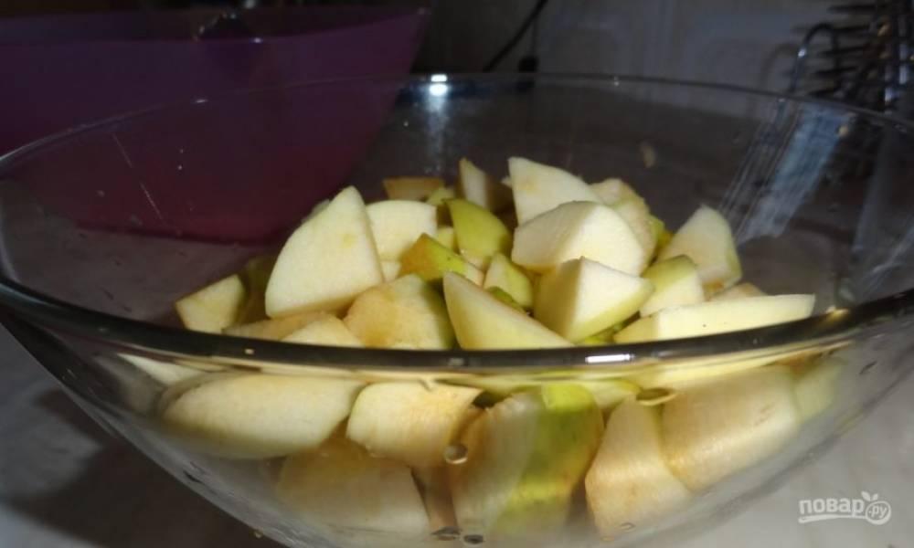 3. Яблоки помойте, почистите и нарежьте.