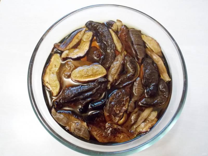 Выложите сушеные грибы в глубокую миску и залейте одним литром воды. Оставьте в прохладном месте на 8 часов.