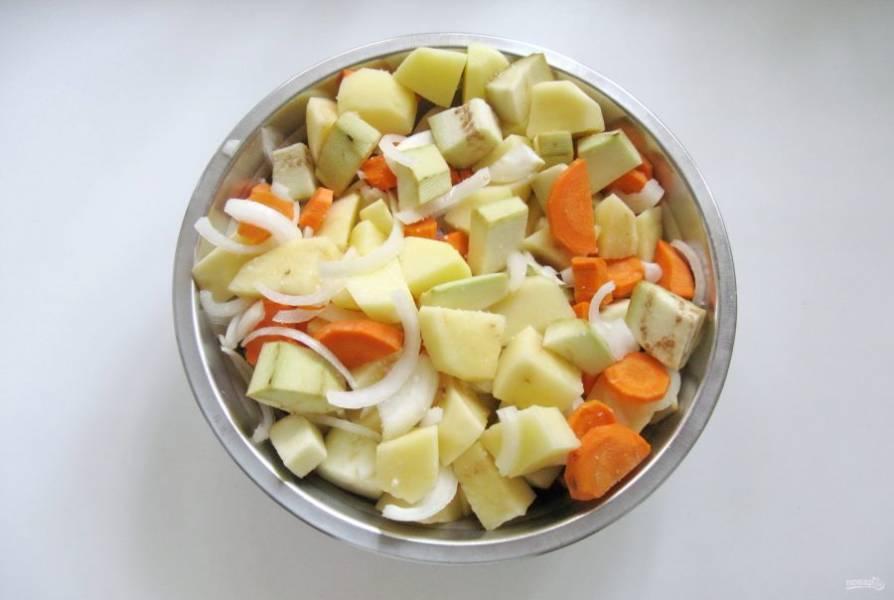 Баклажаны очистите, помойте и нарежьте крупными кубиками. Соедините лук, морковь, картофель и баклажаны, посолите по вкусу и перемешайте.