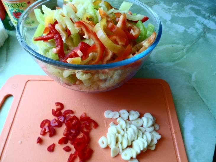 Мелко нарезаем болгарский перец, в процессе удаляем семена. Огурцы нарезаем кружочками вместе с чесноком и острым перцем.