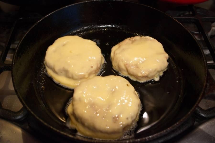 На разогретой сковороде, добавив масло, обжарьте биточки, предварительно обваляв их в кляре. Мы в тесто хлеб не добавляли, но обваляли в сухарях битки. Если этого не сделать, наши битки при обвалке в панировке будут разлазиться.