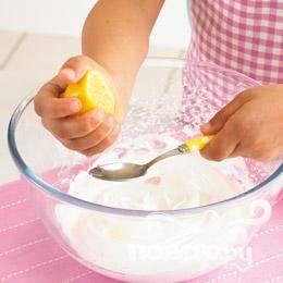 Добавить, замешать крахмал и лимонный сок. Безе должно выглядеть гладким и глянцевым.