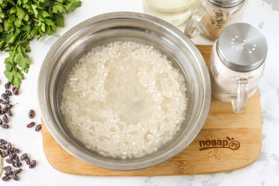 Рис промойте в холодной воде несколько раз, пока вода не будет оставаться прозрачной, необходимо вымыть из крупы весь крахмал.
