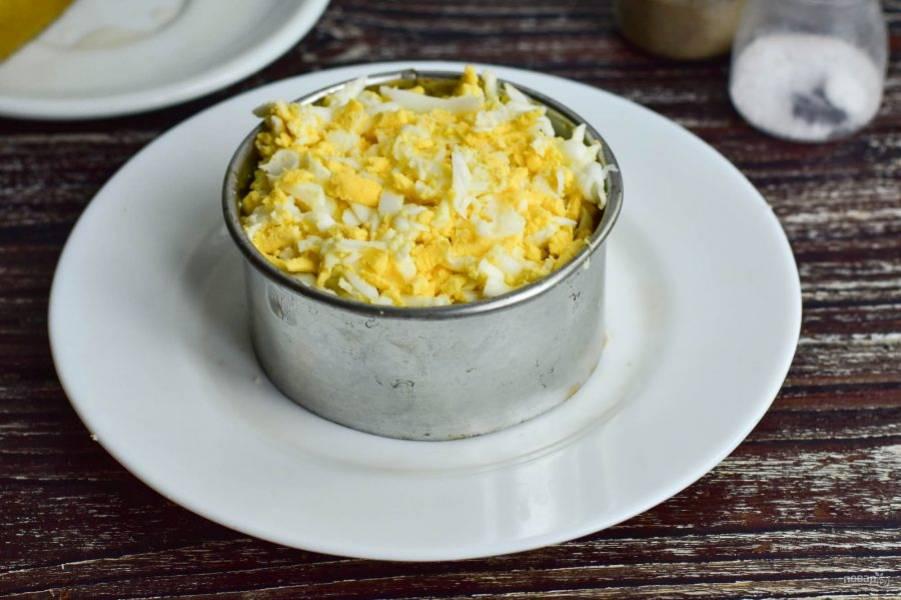 Натрите на огурцы вареные яйца.