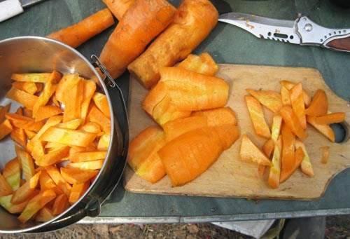 Морковь очищаем и режем брусочками.