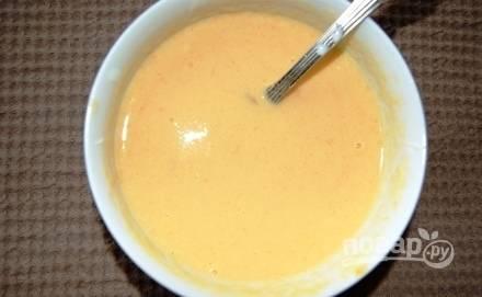 А пока сделайте заливку. Смешайте сметану с пюре, сахаром, яйцами и крахмалом.