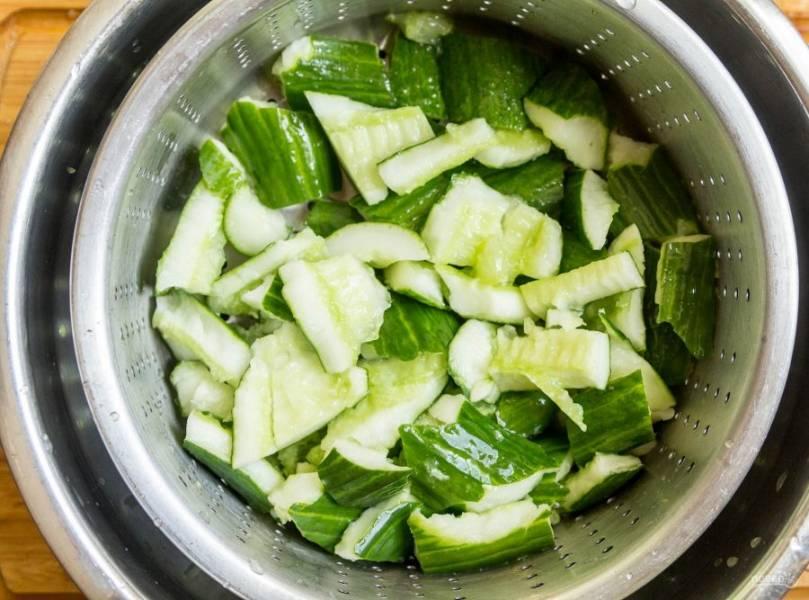 2. Положите их в дуршлаг, чтобы стекла лишняя влага, а уже после выкладывайте в блюдо, в котором будем смешивать остальные ингредиенты.