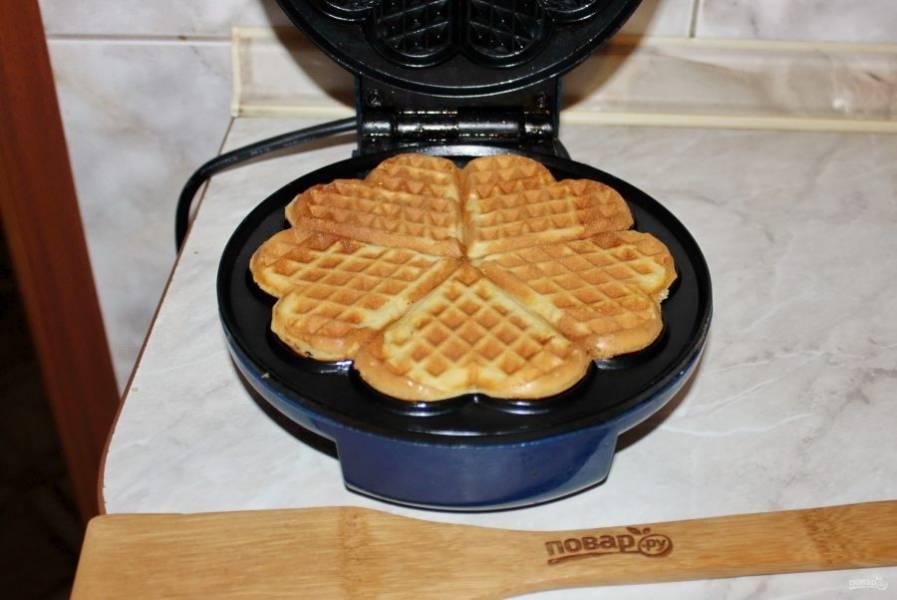 Закройте вафельницу и выпекайте вафли согласно инструкции. У меня это 4 минуты.
