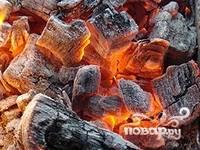 Подготовить хорошие угли для жарки шашлыка.