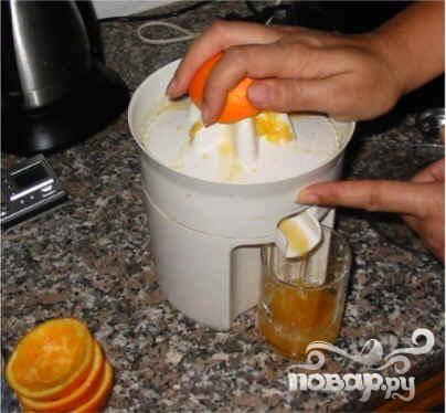 Выдавите сок из апельсинов.