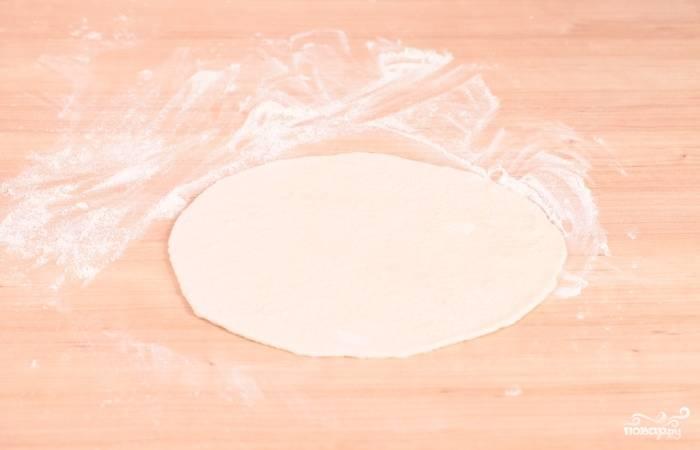 5. Раскатайте тесто довольно тонко и по размеру жаропрочной формы.