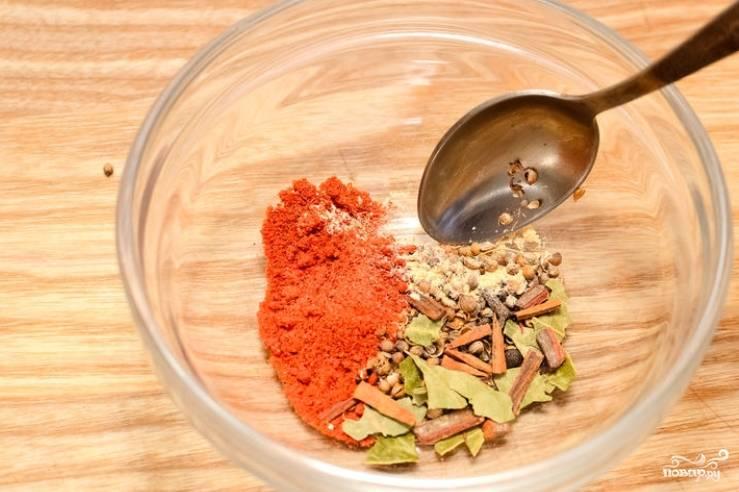 Приготовим маринад. 1 ст.л. перца, горчицы и кориандра слегка обжариваем на сухой сковороде. Затем пересыпьте все в ступку и измельчаем. Добавьте остальные специи, тщательно перемешайте. 3-4 с.л. ложки отложите в сторону.