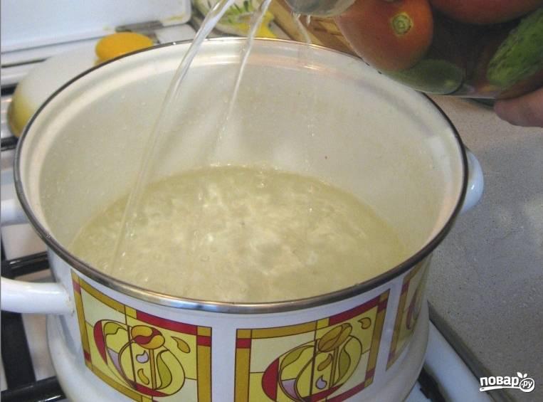 3. Сливаем воду обратно в кастрюлю, добавим соль и сахар, кипятим заново, затем заливаем в банки. В каждую банку также добавим по ложке уксуса.