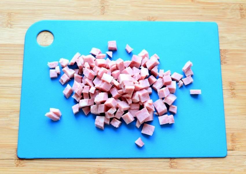 Ветчину нарежьте мелкими кубиками. Добавьте в тесто в середине замеса.