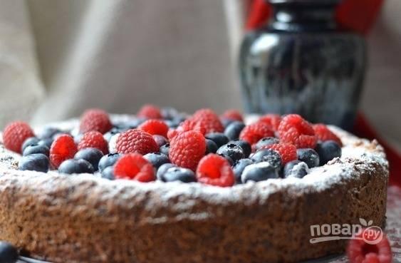 Полностью остудите выпечку, украсьте её ягодами и пробуйте. Приятного чаепития!