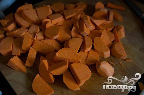 2. Сладкий картофель очистить от кожуры и нарезать кубиками размером 1 см. В большой тяжелой кастрюле нагреть 1 столовую ложку оливкового масла на среднем огне.