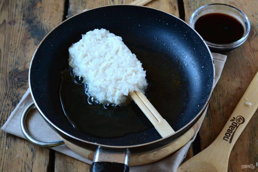 Положите мочи на сковороду с маслом и жарьте с одной стороны до легкого золотистого оттенка.