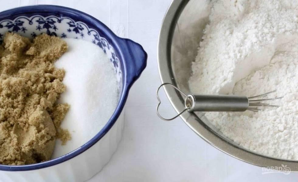 2. Готовим тесто. Смешаем сухие компоненты - муку, морскую соль, сахар и измельченные орешки. Затем добавляем яйца, размягченное масло и ореховую пасту.