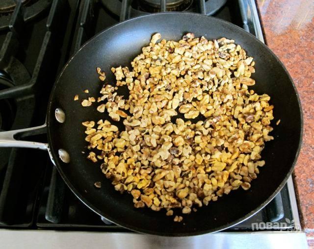 Подробите орехи и обжарьте на сковороде до появления интенсивного запаха.