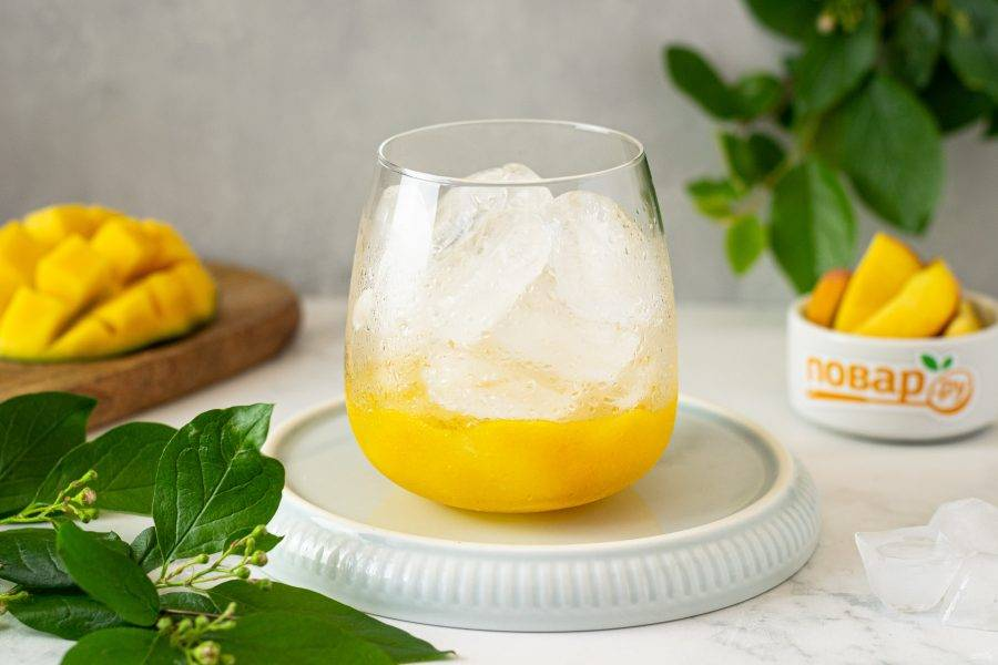 На дно стакана выложите пару ложек оставшегося пюре, затем наполните стакан льдом.