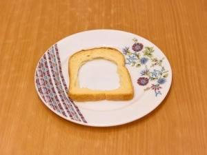 Из шести ломтиков хлеба вынимаем серединку.