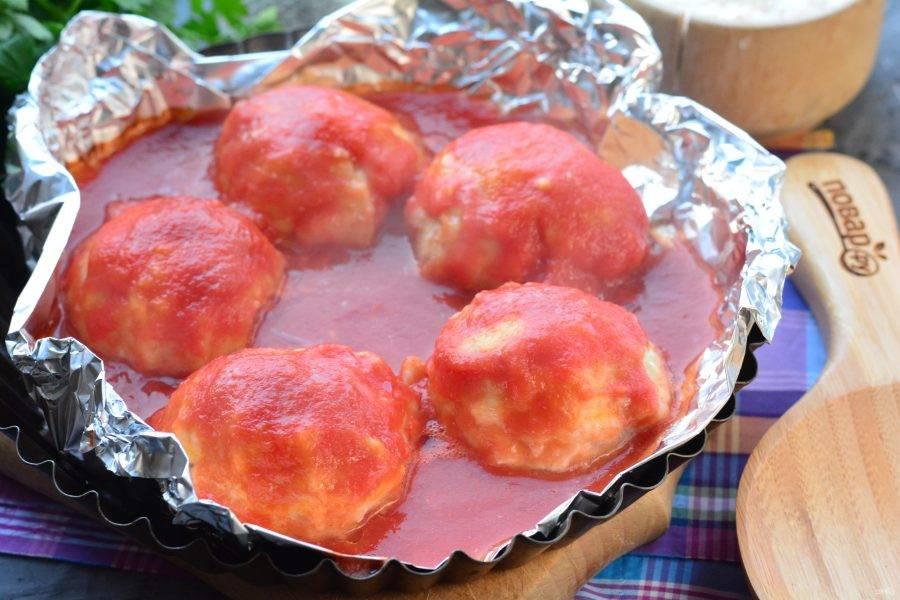 Запекайте тефтели в духовке при температуре 200 градусов около 30 минут.