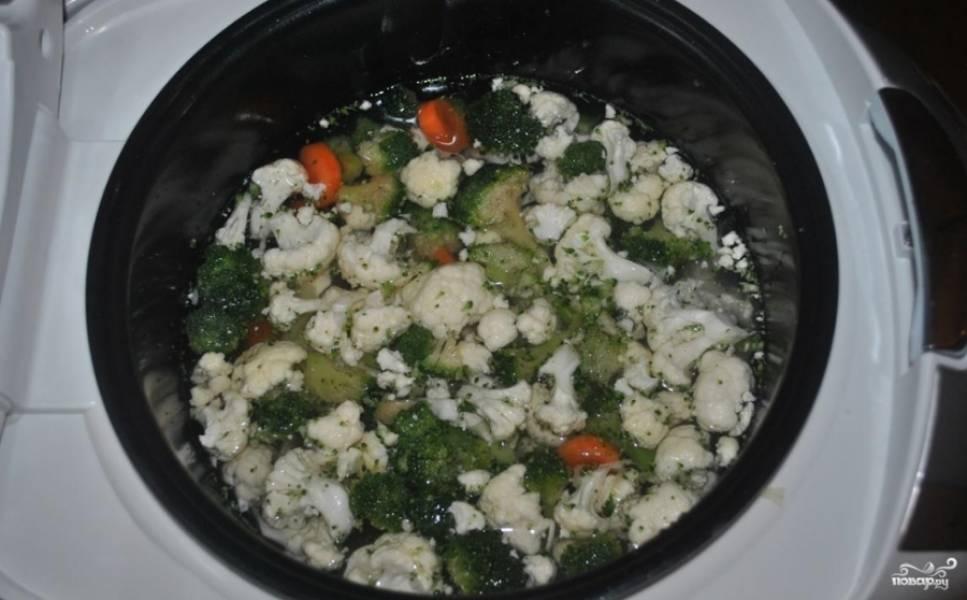 1. Все овощи моем, чистим, нарезаем небольшими кусочками. Капусту делим на небольшие соцветия. Кладем все в мультиварку и заливаем водой или бульоном. Специи — по вкусу.
