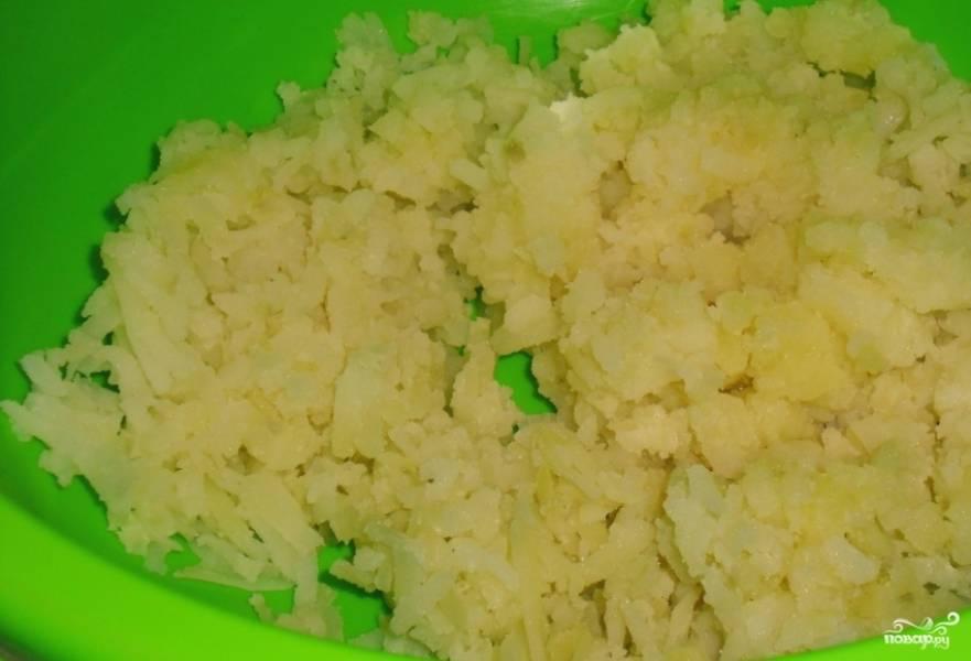 Картошку отварите в присоленной воде. Чтобы сократить время варки, нарежьте предварительно картофель на мелкие кусочки. Готовую картошку потолките в пюре. Вбейте одно яйцо, добавьте муку и соль. Замесите тесто.