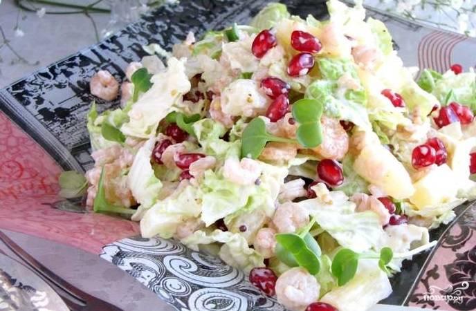 5. Возьмите ложку, все перемешайте. Следите за тем, чтобы пекинская капуста была равномерно распределена по всему салату вперемешку с креветками. Заправьте салат получившимся соусом и поставьте его в холодильник на 10-15 минут.