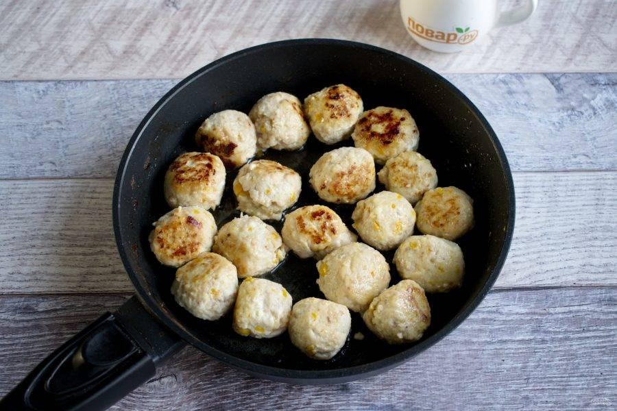Мясной фарш, яйцо, соль, перец, уцхо-сунели, измельченный лук соедините, вымешивайте в течение 3-5 минут до однородности. Сформируйте из фарша фрикадельки, размером с грецкий орех. Обжарьте их до румяности на разогретом масле (2 ст. л.).