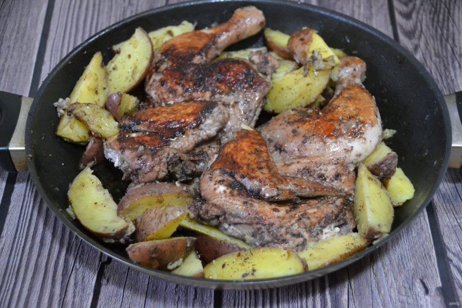 Цыплёнок табака готов, его можно подавать на стол прямо в большой сковороде.