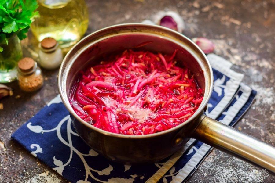 Проварите салат две минуты, добавьте уксус и пропущенный через пресс чеснок.