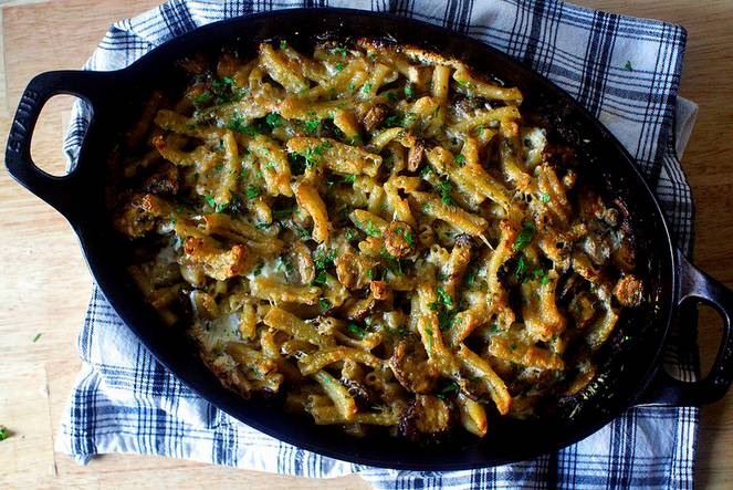 7. Этого времени вполне достаточно, чтобы грибы, запеченные с макаронами в домашних условиях приготовились. Подавать к столу блюдо можно с соусом или свежими овощами.