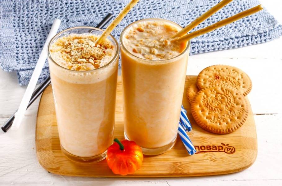 Аккуратно раскрошите песочное печенье в пакете или в руках, присыпьте песочной крошкой напиток сверху в емкостях. По желанию - вставьте в стаканы соломку или вафельные трубочки с начинкой. Подайте тыквенный смузи к столу, созвав родных.