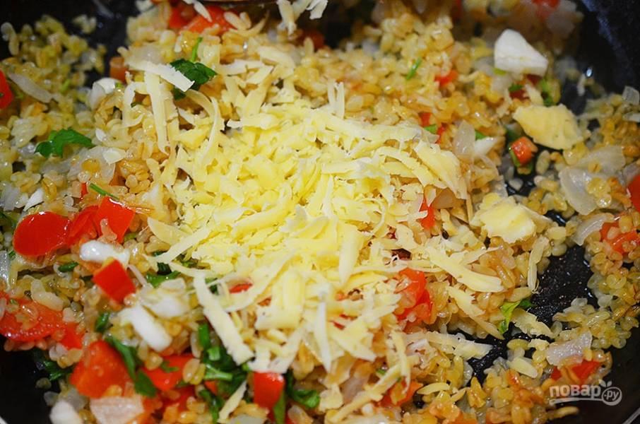 6. Затем добавьте половину сыра и все перемешайте.